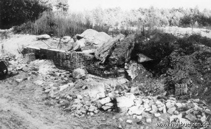 Geschichte eines Bunkers - Zur Gewinnung von Bausteinen wird die Ramppe des Bunkers Nr. 2 abgebrochen©Einheitsgemeinde Hambühren