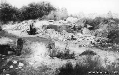 Geschichte eines Bunkers - Später wird das Baumaterial des Bunkers Nr. 2 für 0,50 DM pro m² verkauft©Einheitsgemeinde Hambühren